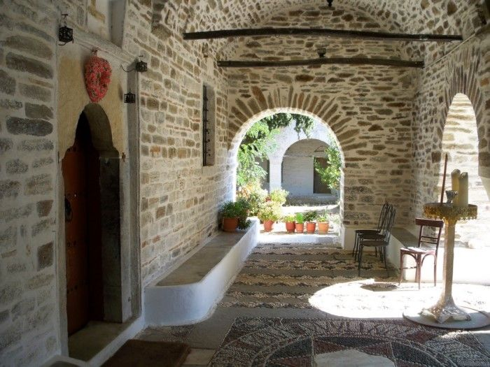 Ιερά Μονή της Ευαγγελίστριας-Χτισμένη το 1835-δέκα χρόνια μετά την ανακάλυψη θαυματουργής εικόνας μέσα σε ρίζα ελιάς.