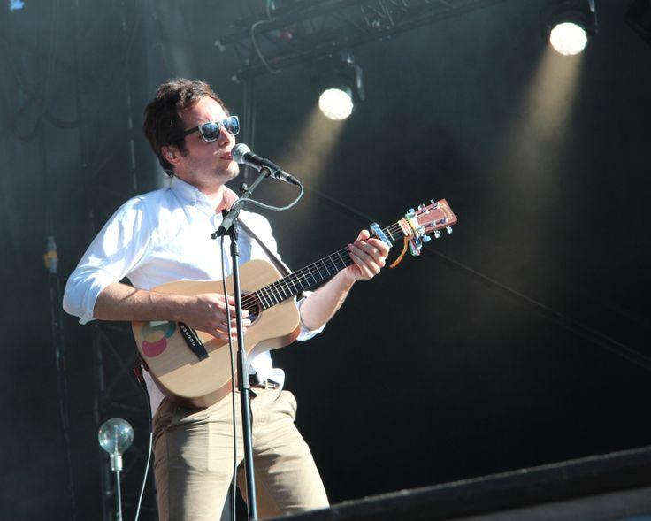 """Le chanteur Vianney est en tournée dans toute la France cet été. 1jour1actu l'a rencontré à l'occasion du festival """"Pause Guitare"""" à Albi."""
