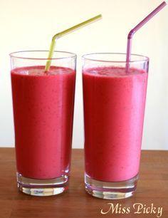 Kokos-Himbeer-Smoothie  Zutaten     250g gefrorene Himbeeren* (oder andere Beeren)     400ml Kokosmilch*     400ml Wasser     1-2 EL Ahornsirup*