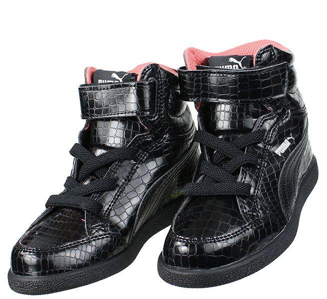 Παιδικά μποτάκια για κορίτσια PUMA σε χρώμα μαύρο κροκό λουστρίνι με ένα αυτοκόλλητο λουράκι και ελαστικά κορδόνια....