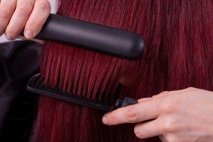 HAARE RICHTIG GLÄTTEN - SO WIRD ES GLÄTT UND GLÄNZEND<br /> Glänzend, glatt, geschmeidig: Vollkommen glattes Haar, der so genannte Sleek Look, liegt seit Jahren im Trend. Kein Wunder, der seidige Schimmer von richtig glattem Haar sieht einfach edel und gepfleg
