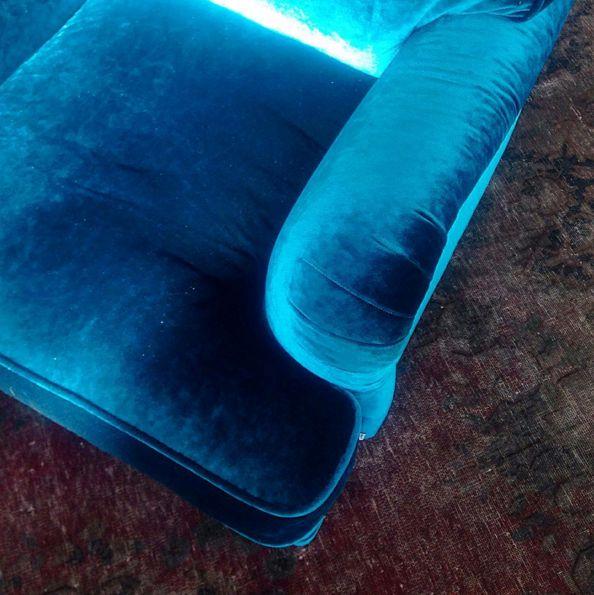 Blå sammetsfåtölj Lejonet i howardmodell. Howard, fåtölj, sammet, sammetsmöbler, sammetstyg, vardagsrum, sovrum, vintagematta. http://sweef.se/sweef-lyx/144-lejonet-howardsoffa-3-sits-sammet.html#/farg-bla/typ-fatolj