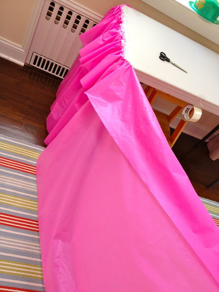 How to make a plastic table cloth look like a ruffled table skirt - cute!