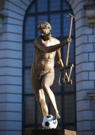 Una statua di Nettuno trasformata in calciatore, con un pallone al piede. Così gli abitanti della città polacca di Gdansk hanno festeggiato il 1 aprile in previsione degli Europei 2012