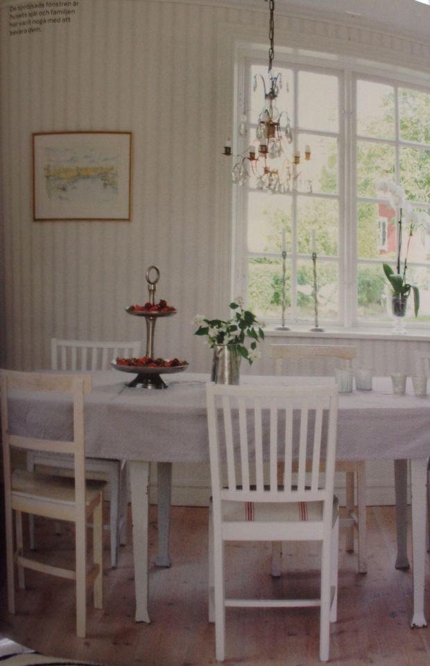 Stolar och lampa