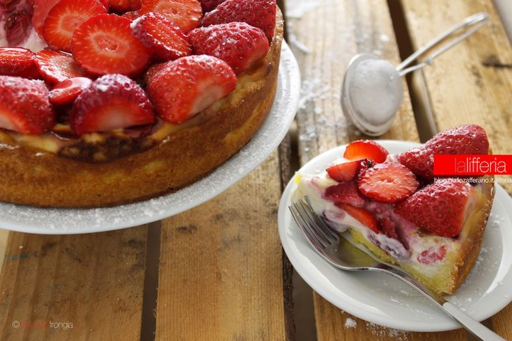La torta con ricotta e fragole è un fresco dessert dal gusto primaverile: una bella idea per concludere una cena in compagnia o per una squisita merenda.