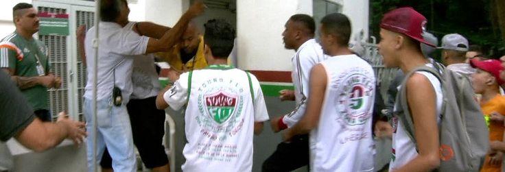 Torcida do Fluminense tenta invadir sede do Fluminense em protesto (Reuters)