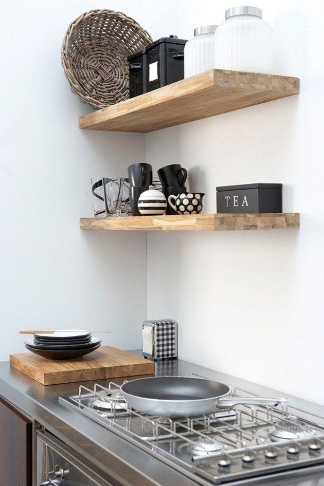 Houten schappen met accessoires in keuken