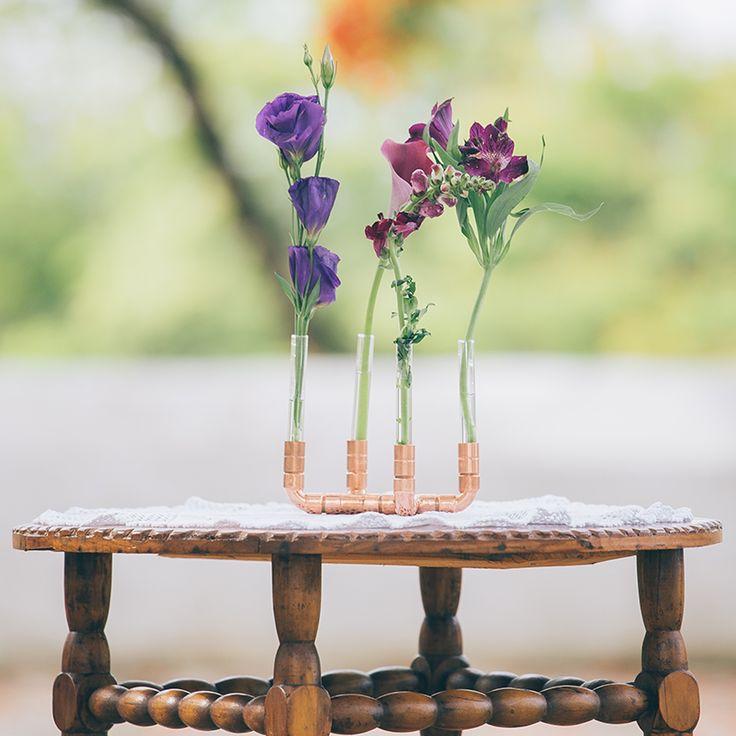 castiçais de cobre artesanais, móveis coloridos, luminárias e até um dosador de espaguete premiado em feiras de design.  encante-se com as peças incríveis de 6 designers e estúdios brasileiros: