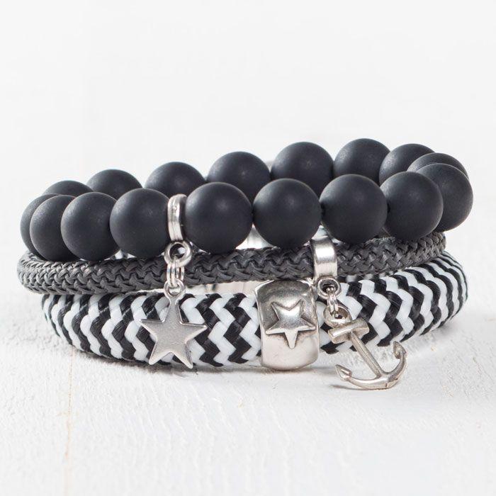 Armbandset mit Sternen. Die Armbänder sind aus Segelseil oder Polarisperlen gemacht. An den Armbändern sind Metallperlen oder Metallanhänger befestigt.