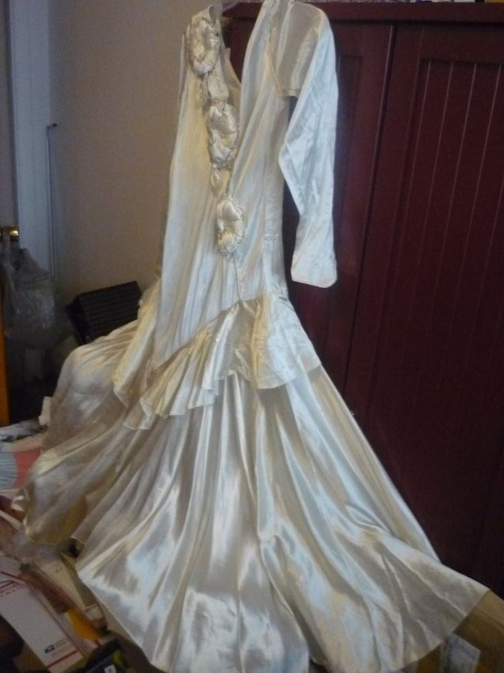 Beautiful 1930-40's Ivory Satin Wedding Gown w/Tiered layers/Satin flowers!