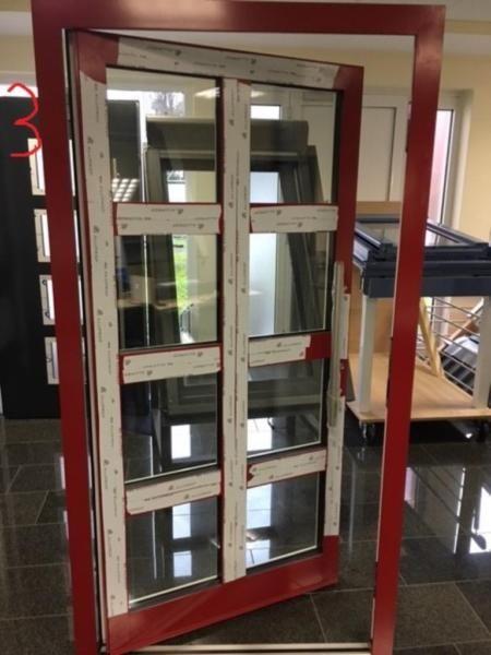 Wir verkaufen unsere Ausstellungstüren und Mustertüren sowie Türen aus Überproduktion für Kunden da wir unsere Ausstellung in Bielefeld umbauen und erweitern. Die Türen können sofort in unserem Betrieb in Bielefeld besichtigt und abgeholt bzw.mitgenommen werden.Breite: 1090 mm Blendrahmen AussenHöhe: 2070 mm Blendrahmen AussenProfil: Aluprof 70 mmDrehrichtung: DIN rechtsFarbe: aussen: RAL 3002 Innen:  RAL 9016Modell: Einspannfüllung ( Sondermodell )Verglasung: 3-fachweitere Fragen oder…