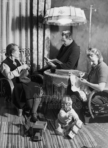 Kleinbürgerliche Familie am Vorweihnachtsabend , 1942 Timeline Classics/Timeline Images #1940er #1940ies #Familie #family #historisch #historical #Gruppenfoto #Generationen #Vater #Mutter #Kind #Oma #Großmutter #schwarzweiß