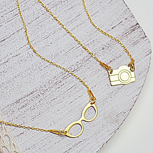 Naszyjnik złoty z aparatem. Cena:129zł. Kup na: https://laoni.pl/zloty-naszyjnik-aparat-fotograficzny #aparat #naszyjnik #łańcuszek #celebrytka #złoty