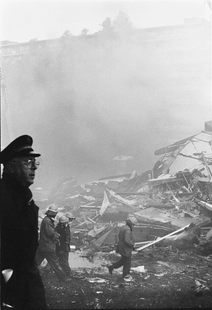 Agent en bergers op de rampplek in de Bijlmer.  Maurice Boyer / NRC
