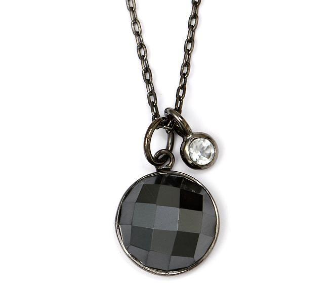 Moderne og smuk Birgitte Bonnerup halskæde med oxideret sølv, sort hermatit og et lille vedhæng i hvid topaz. Den hvide topaz giver et fedt modspil til halskædens eller mørke farver <3 #birgittebonnerup #smykker