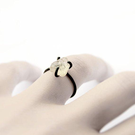 Anello in argento ossidato a mano con tre rebbi a spessore che tiene un sunstone…