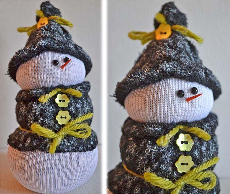Pupazzo di neve fatto con le calze - Snowman made with socks - http://simobre.wordpress.com/2011/12/17/pupazzo-di-neve-fatto-con-calzini-e-fiocco-di-neve-alluncinetto/
