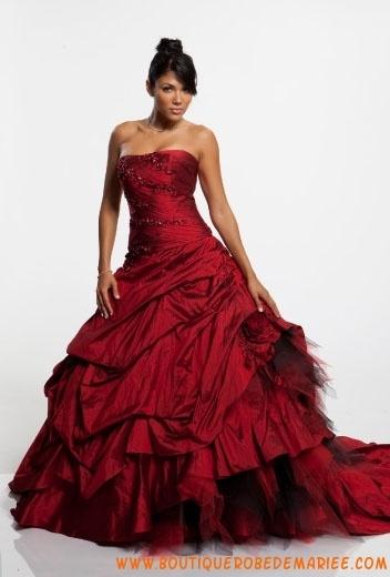 Robe de mariée rouge avec traîne broderie