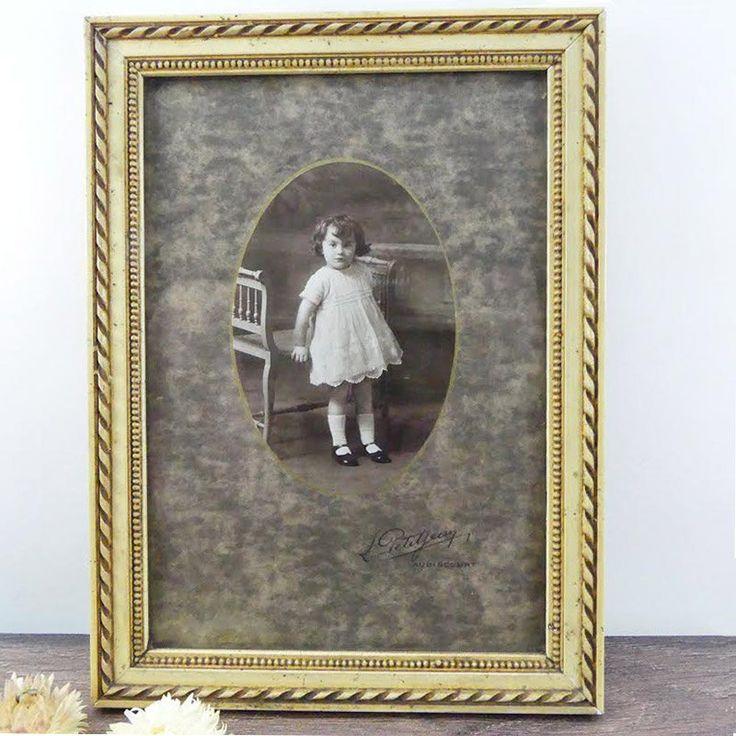Ancien cadre 1930 avec photo de petite fille - Cadre ciselé en plâtre - ancienne photo - Vieille photo noire et blanc - France 1930 de la boutique ChezUlysseVintage sur Etsy