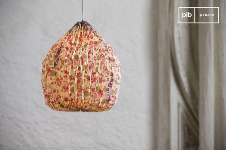 Il lampadario origami a fiori vi colpirà grazie al suo motivo floreale e la sua forma tondeggiante. Realizzato in cartoncino, questo lampadario è molto originale e divertente.