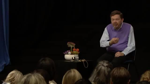Eckhart explains that gratitude arises from a quiet honoring of what is around you. Giving attention to the richness of the present moment — the sun, the sky, the plants, the earth, the air — appreciating all the little things in your life creates a receptive state for good things to come to you.