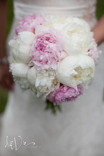 bruidsboeket van witte en roze pioenrozen