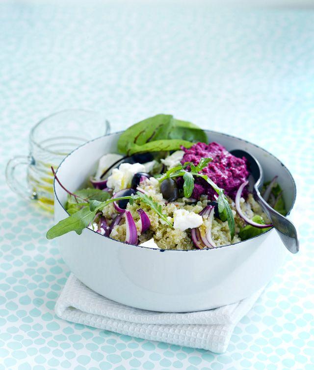 Mausta kvinoa marinoiduilla punasipuleilla, fetalla, oliiveilla ja rotevilla lehdillä. Punajuurihummus viimeistelee annoksesta täydellisen.