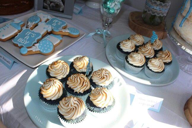 Blue velvet cupcakes with meringue
