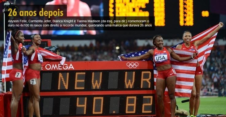 Allyson Felix, Carmelita Jeter, Bianca Knight e Tianna Madison (da esq. para dir.) comemoram o ouro no 4x100 m rasos com direito a recorde mundial, quebrando uma marca que durava 26 anos