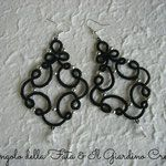 """Orecchini """"Marie"""" realizzati a mano in pizzo chiacchierino in cotone nero con perline in metallo passanti e pendente in cristallo"""