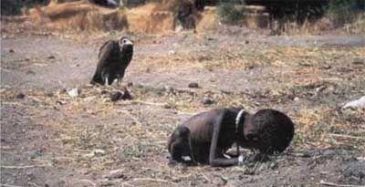 Essa foto de uma criança sudanesa sendo perseguida por um abutre, é uma imagem chocante mesmo. Enquanto a criança agonizava, morrendo de fome, o urubu a perseguia e esperava pacientemente. Ninguém sabe o que aconteceu com a criança, que deflagrou ajuda urgente das Nações Unidas aos refugiados no Sudão. O fotógrafo Kevin Carter ganhou o Prêmio Pulitzer por esta foto chocante, mas ele acabou se suicidando três meses depois da foto ser tirada.