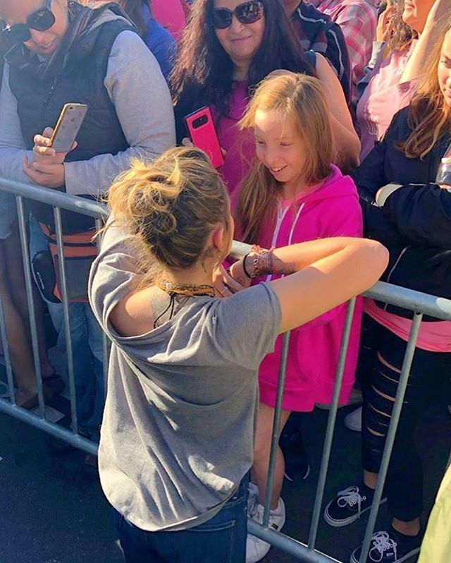 Paris Jackson stops to speak to a little girl at the 2018 Women's March.