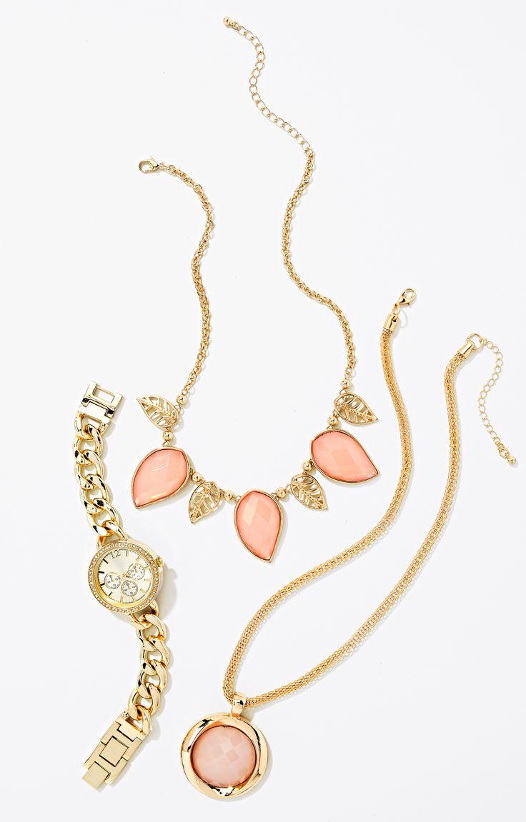 Les accessoires dorés et roses ajoutent une touche féminine aux essentiels classiques de votre garde-robe du printemps. #ModeABasPrix #accessoires #ModePrintanière #bijoux