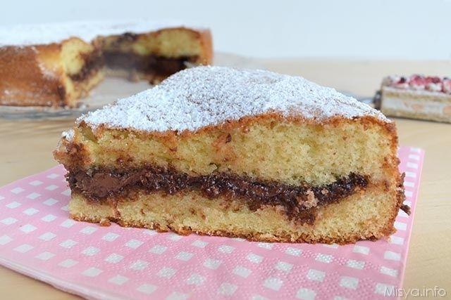 La torta morbida alla nutella ha la particolarità di avere lo strato di nutella perfettamente al centro della torta, senza il rischio che la nutella casca tutta