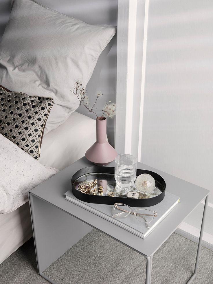 Salon CushionMosaicSand er nydelig sammen med enkle linjer og hvitt sengetøy.