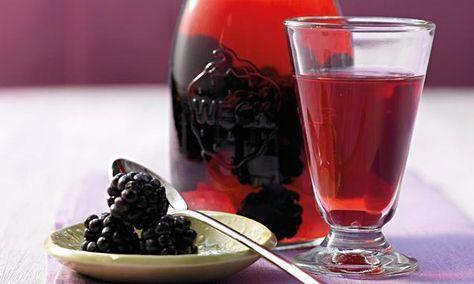 Dieser fruchtige Brombeer-Likör passt auch zum Dessert