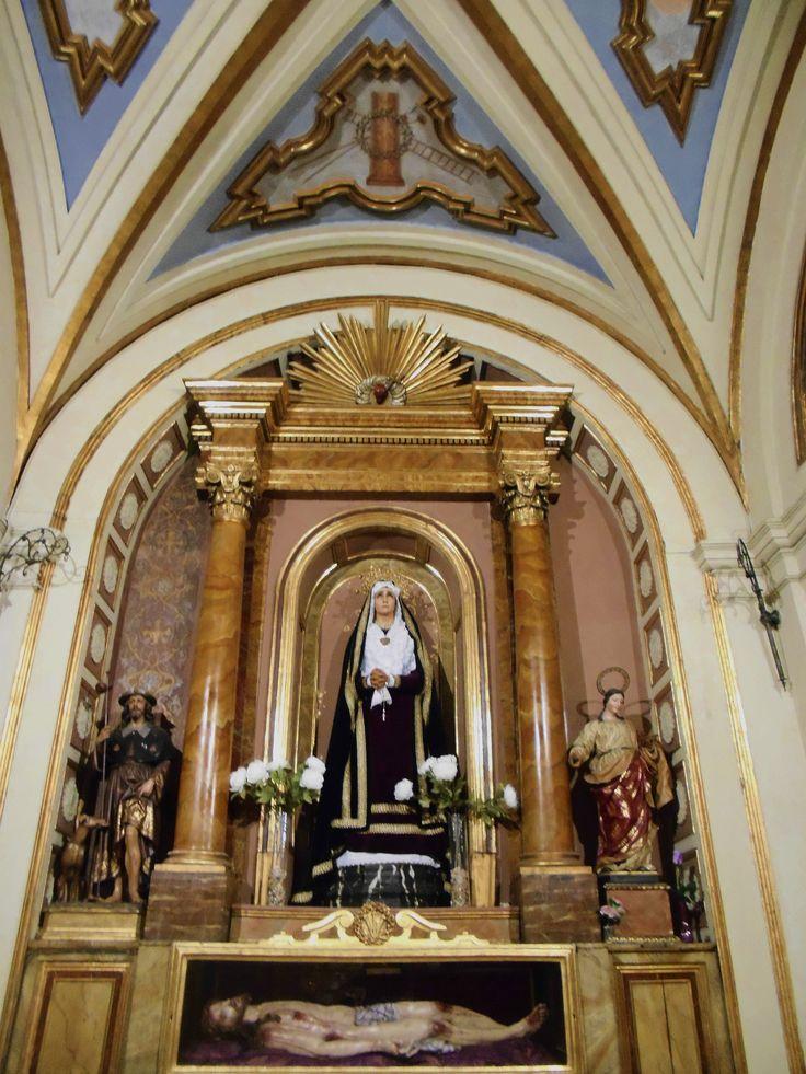 Capilla de la Virgen de los Dolores ( S. XIX )  y Cristo Yacente de Gonzalez Barba. Lado de la epístola.