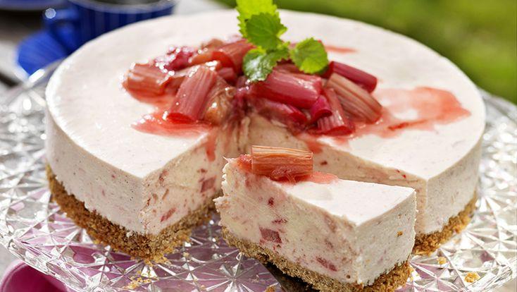 Recept fryst rabarbercheesecake med jordgubbar