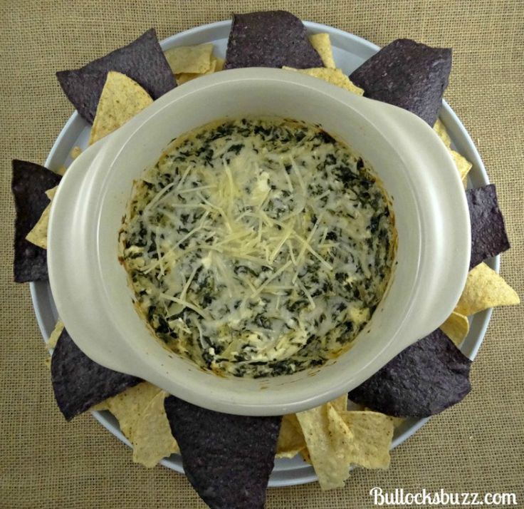 Need a quick recipe for your Super Bowl party? Make this delicious Spinach and Artichoke Dip - a copycat recipe of the delicious Ruby Tuesday Dip!