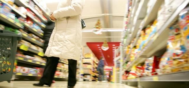 Crisi e consumi, studio Confesercenti. Si riduce la spesa (-47 miliardi) e cambia lo stile di vita italiano: meno trasporti e vestiti, cinghia tirata anche a tavola
