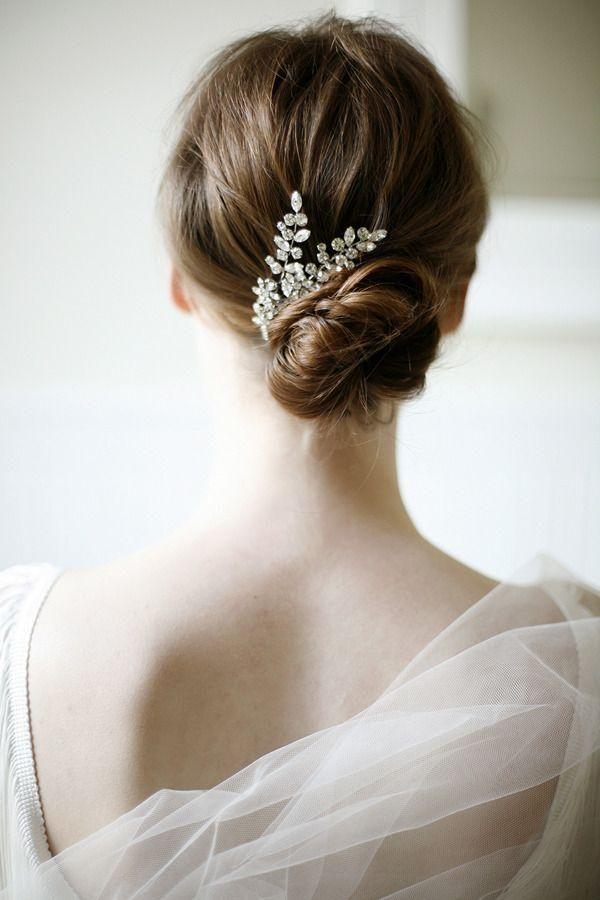 小さめシニヨンにビジューで清楚でヘルシーイメージ ウェディングドレス・カラードレスに合う〜シニヨンの花嫁衣装の髪型まとめ一覧〜