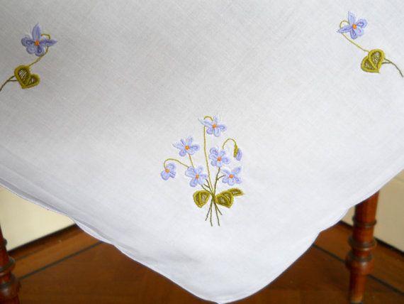 mantel blanco vintage de mantel bordado vintage por minoucbrocante