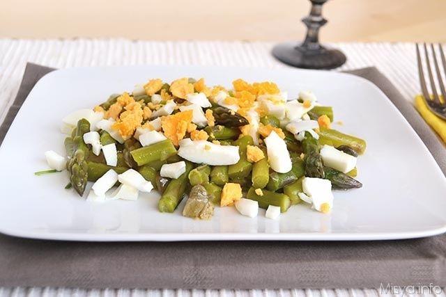 L'insalata di asparagi e uova è un piatto che adoro, fresco, leggero e completo. La ricetta è ispirata a loretta, una ragazza chesegue il blog e che