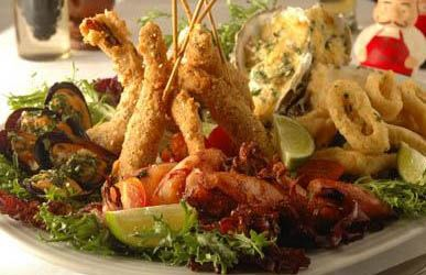 Entre las especialidades de Il Gran Caruso se destacan el antipasto mediterráneo, los chipirones alla grilla o la pizza alla siciliana, como entradas. Entre los platos principales, los fussilli alla scarparo, los tortelli de corderito, los capelletti Il Gran Caruso y la saltimbocca alla romana. Y para los postres, los favoritos son el sabaglione con nueces y el sorbetto fragola.