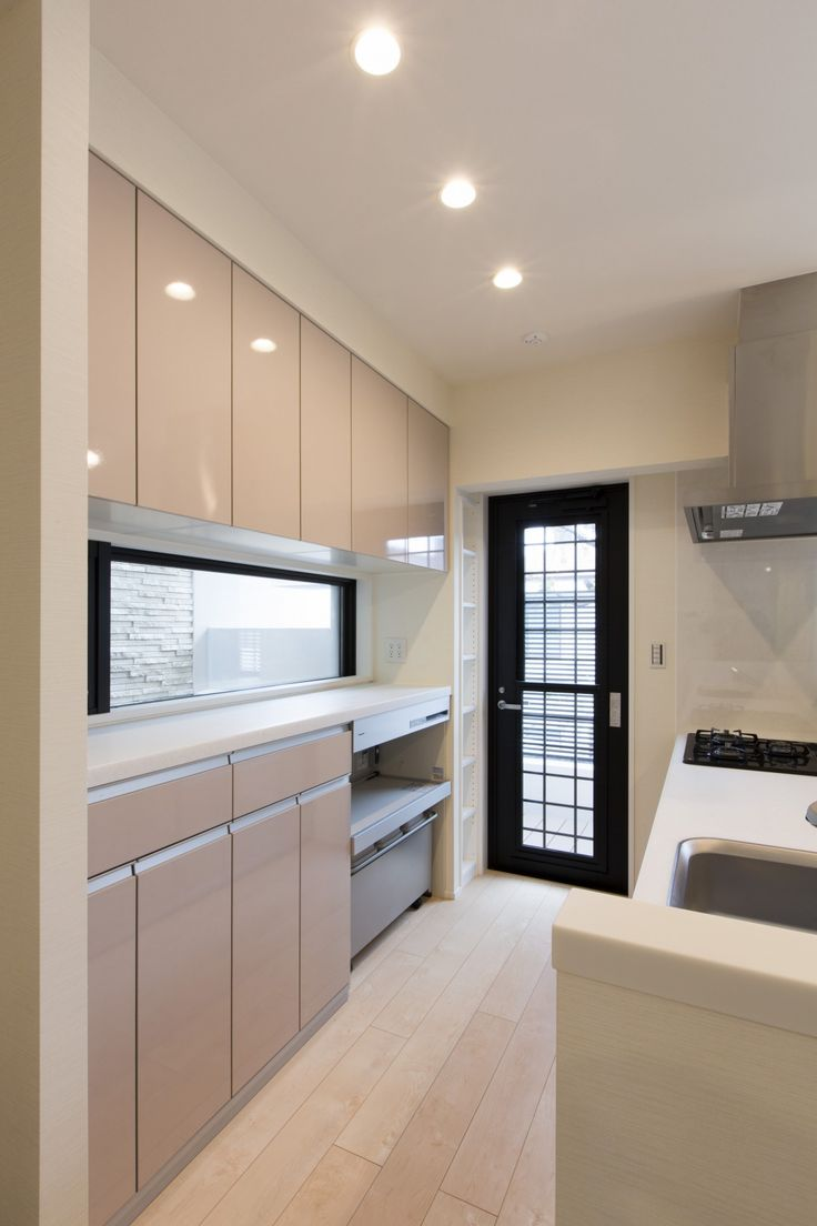 キッチン背面に大容量の収納 炊飯器の蒸気も吸い込める換気扇もゴミ箱も設置 勝手口の横にも小さな収納を 建売だと収納にはならない場所も収納にできるのが コーポラティブハウスならでは 和風の家の設計 キッチンデザイン リビング キッチン