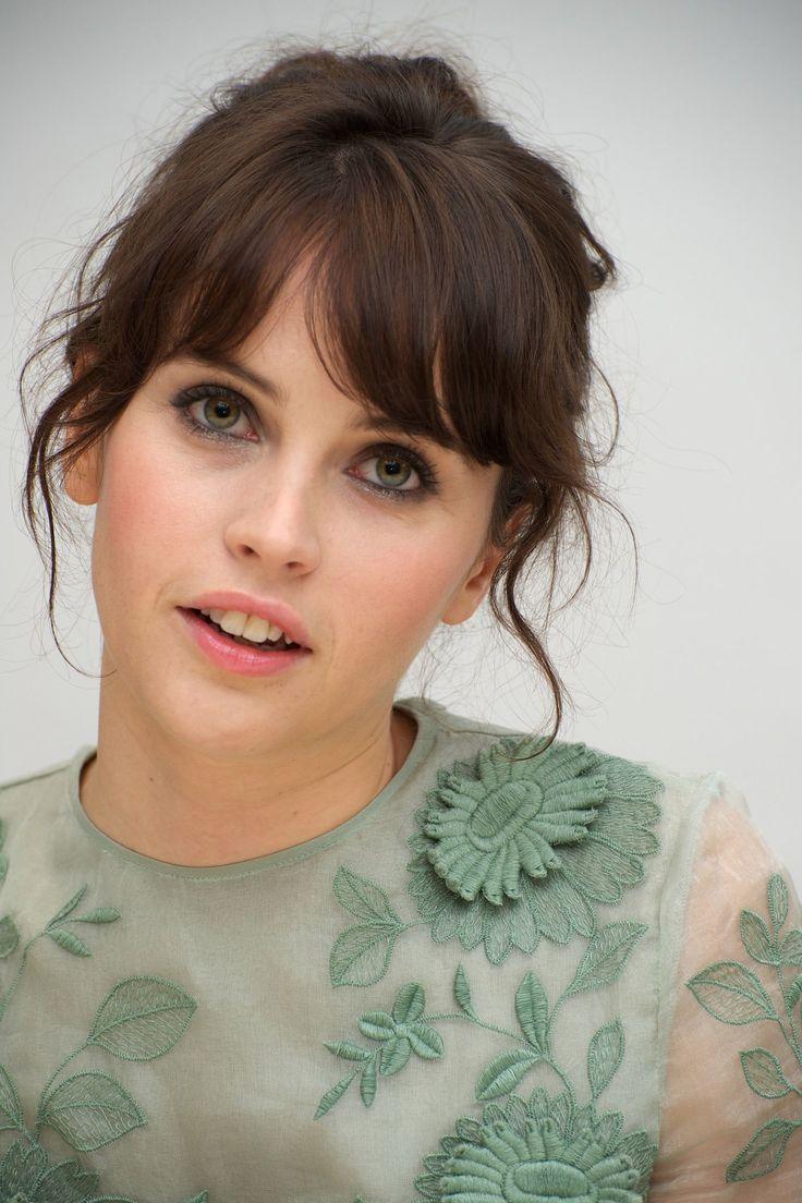 Felicity Jones es una actriz y casting nacida en Birmingham, West Midlands (El Reino Unido) el 17 de octubre de 1983 conocida por La teoría del todo y Retorno a Brideshead.