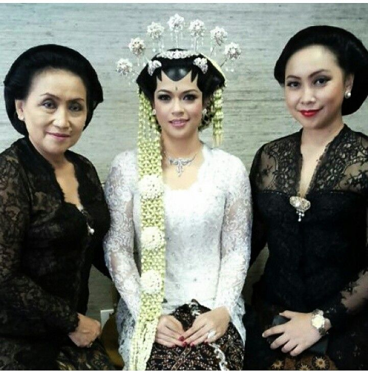 Make up by Mamihardo and kebaya by vera kebaya