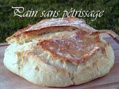 Voici une technique de confection de pain blanc sans pétrissage qui révolutionne la confection du pain, qui tourne de blog en blog et dont je ne me lasse pas ! j'ai choisi pour ce pain une cuisson cocotte. Au terme de l'heure de cuisson découvrez et admirez...