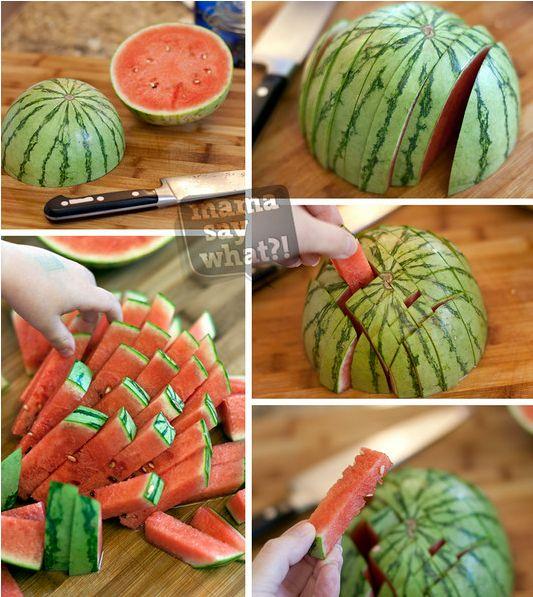 corte a melancia para as mãozinhas das crianças